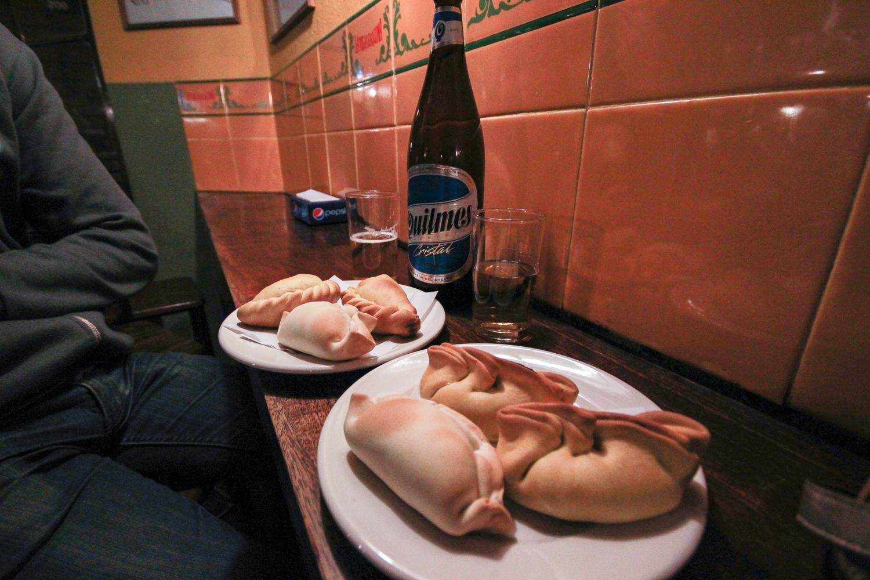 Empanadas et Quilmes dans un bar de Cordoba, Argentine