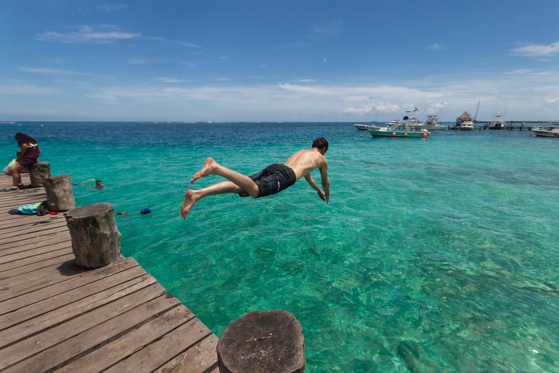Plongeon depuis le ponton dans les eaux de Puerto Morelos, Yucatan, Mexique