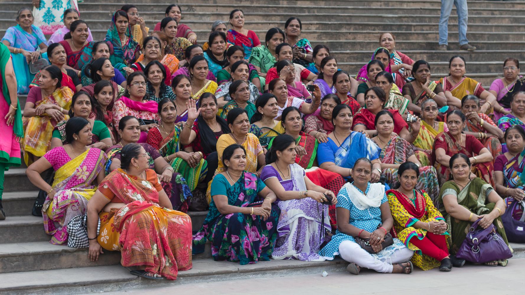 Groupe de femmes en saris coloré à Lucknow, Indes