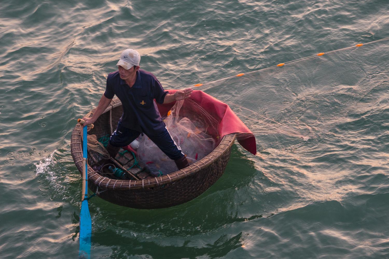 Pêcheur dans un bateau panier, Nha Trang, Vietnam