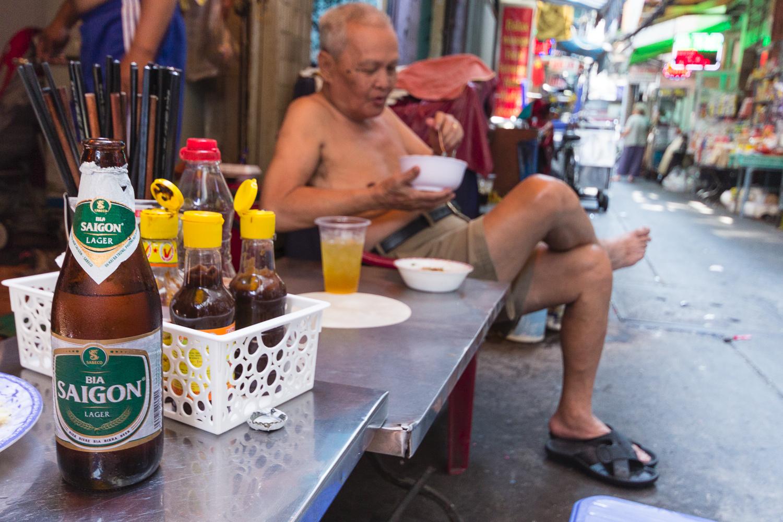 Restaurant de rue à Saïgon ou Ho Chi Minh Ville, Vietnam