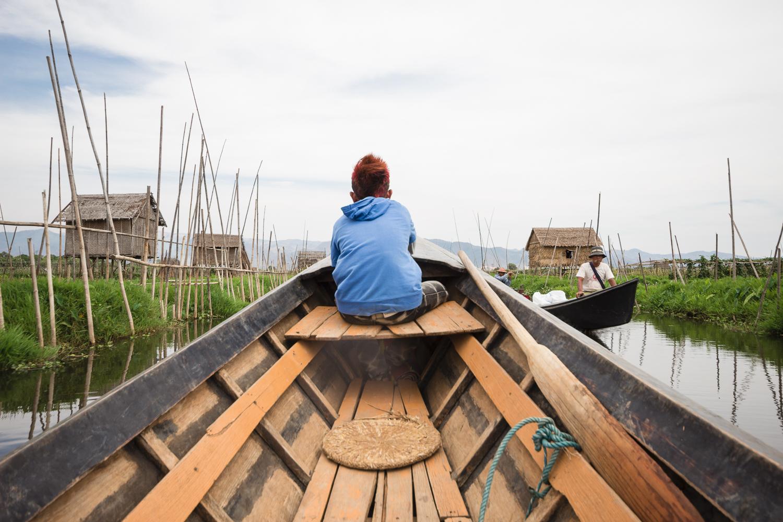 Arrivée en pirogue sur le lac Inle, Birmanie Myanmar