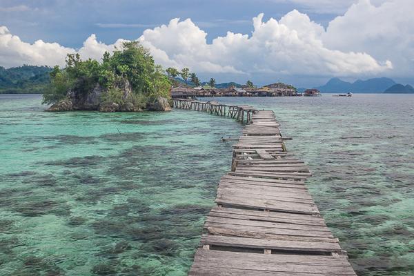 Pont sur pilotis vers un village Bajo, Malenge, Sulawesi, Indonésie