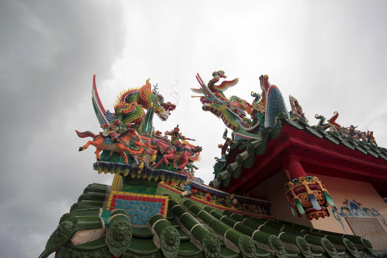 Dragon sur le toit d'un temple à Ishigaki, archipel d'Okinawa, Japon