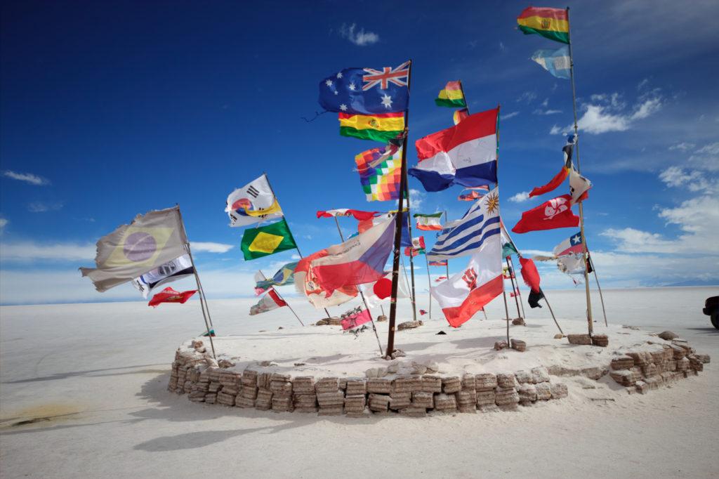 Drapeaux du monde entier au Salar d'Uyuni, Sud Lipez, Bolivie