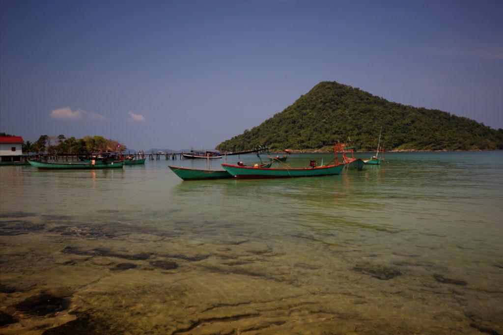 Barques dans la baie de l^'ile de Koh Rong Samloem, Cambodge