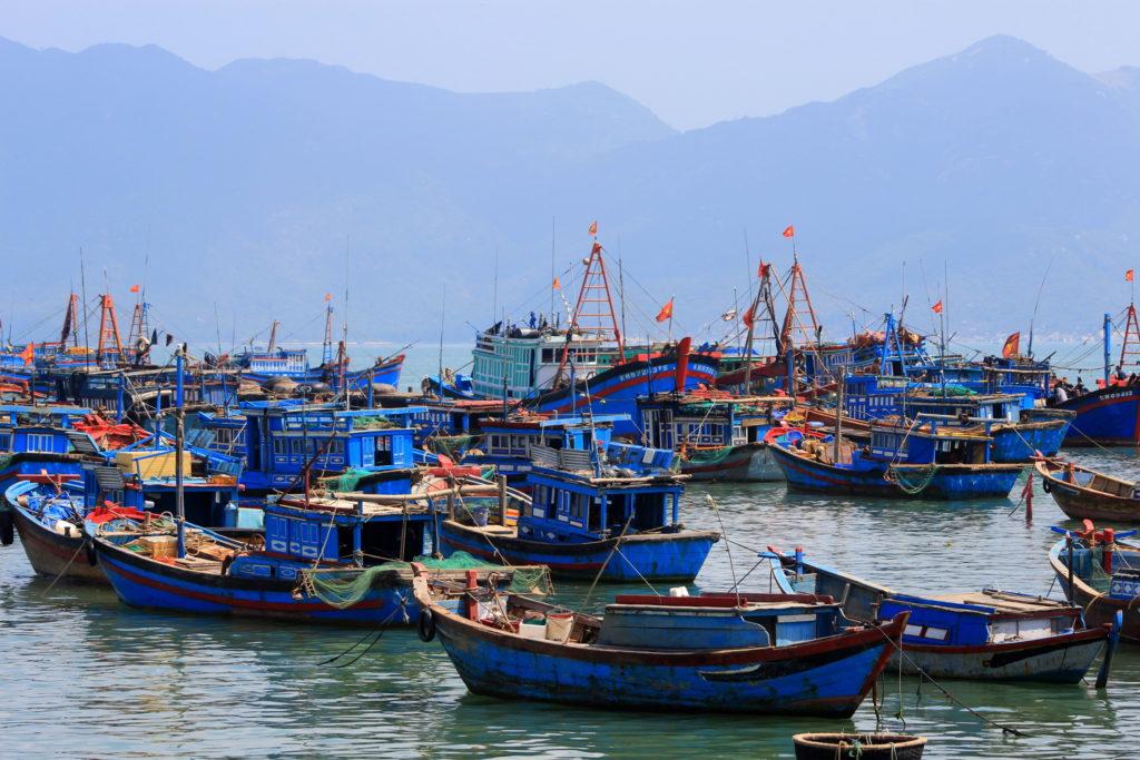 Bateaux mouillant dans la baie de Nha Trang, Vietnam