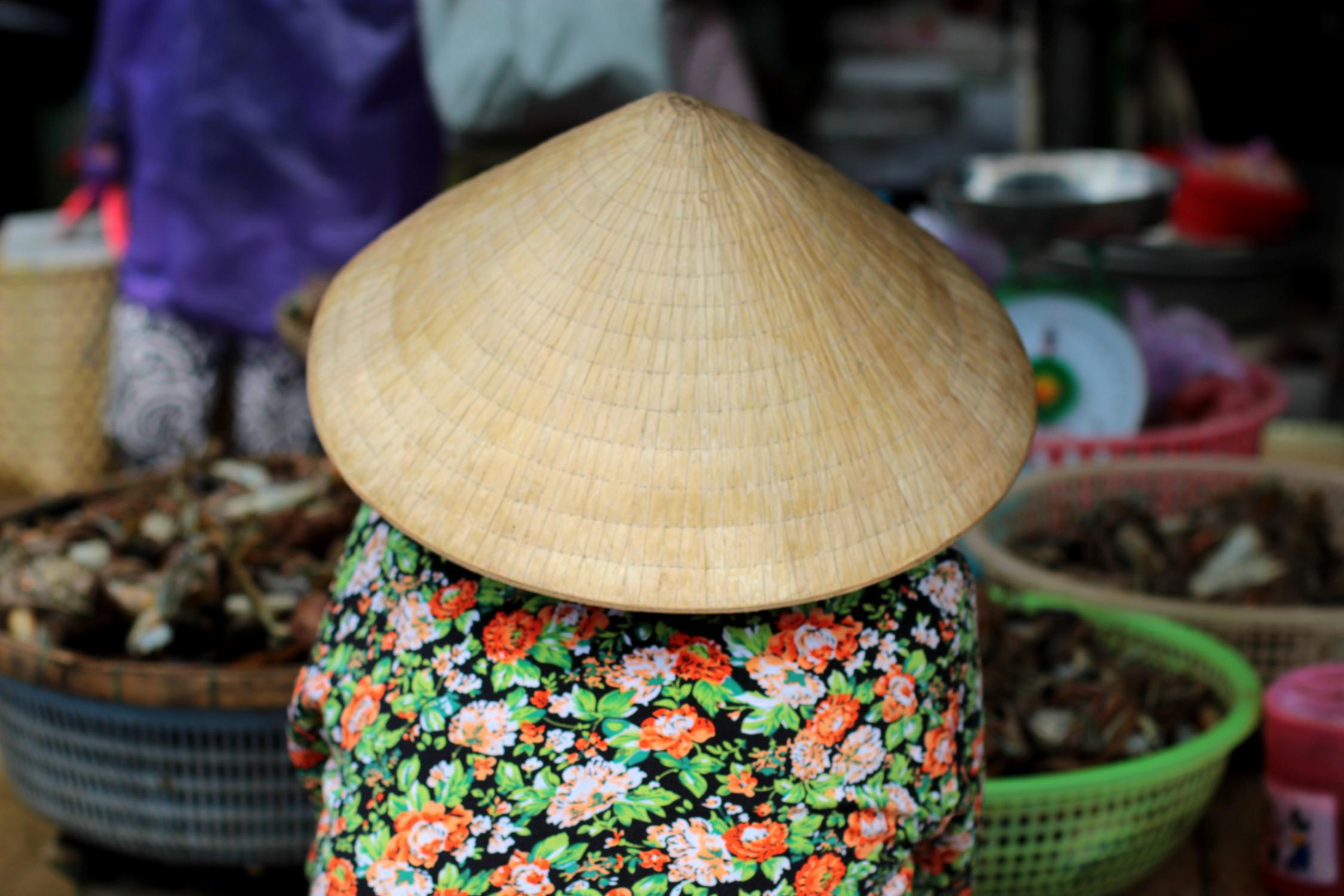 Chapeau vietnamien sur le marché de Hoi An, Vietnam