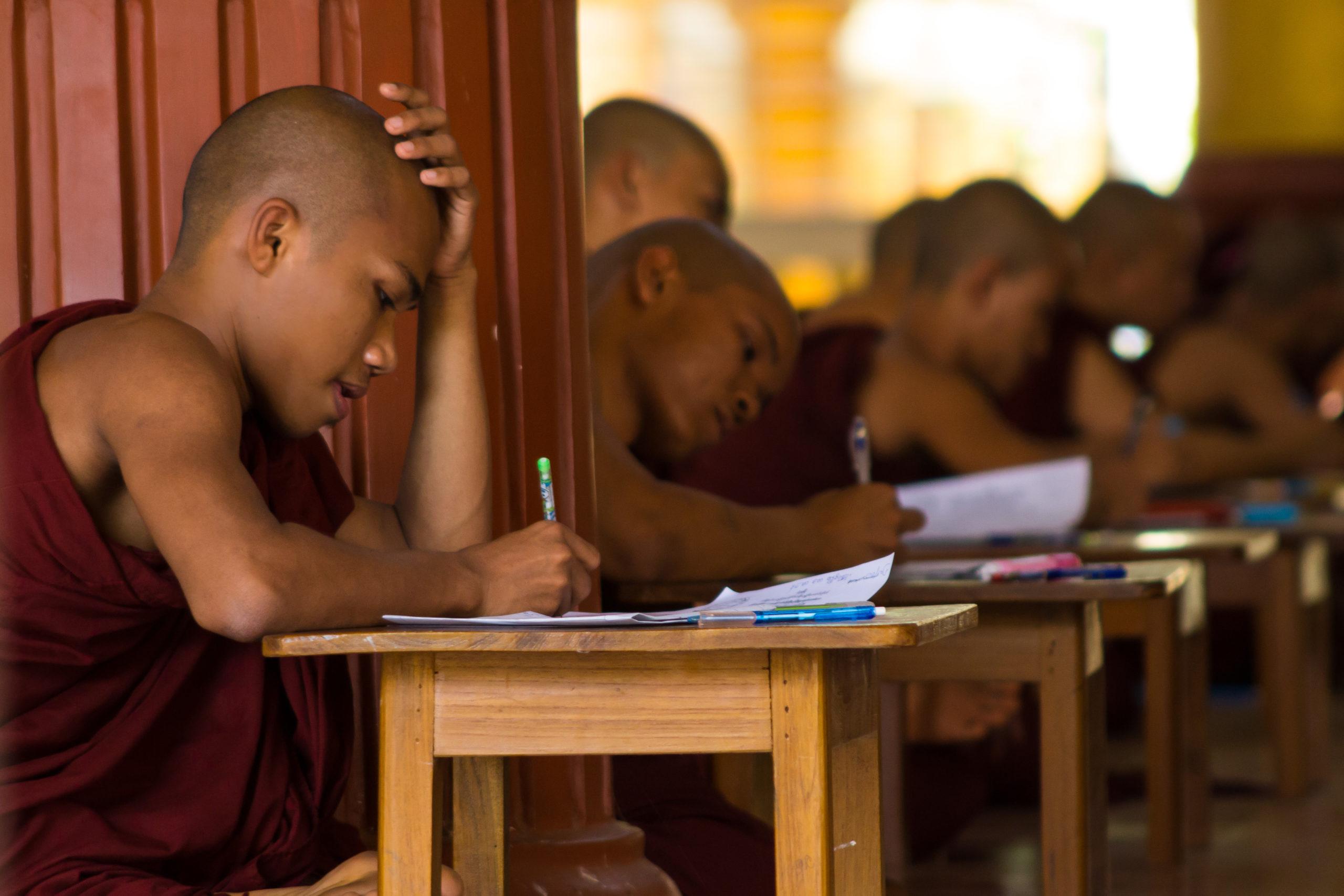 Moines étudiants au monastère Kha Khat Wain Kyaung, Bago, Birmanie