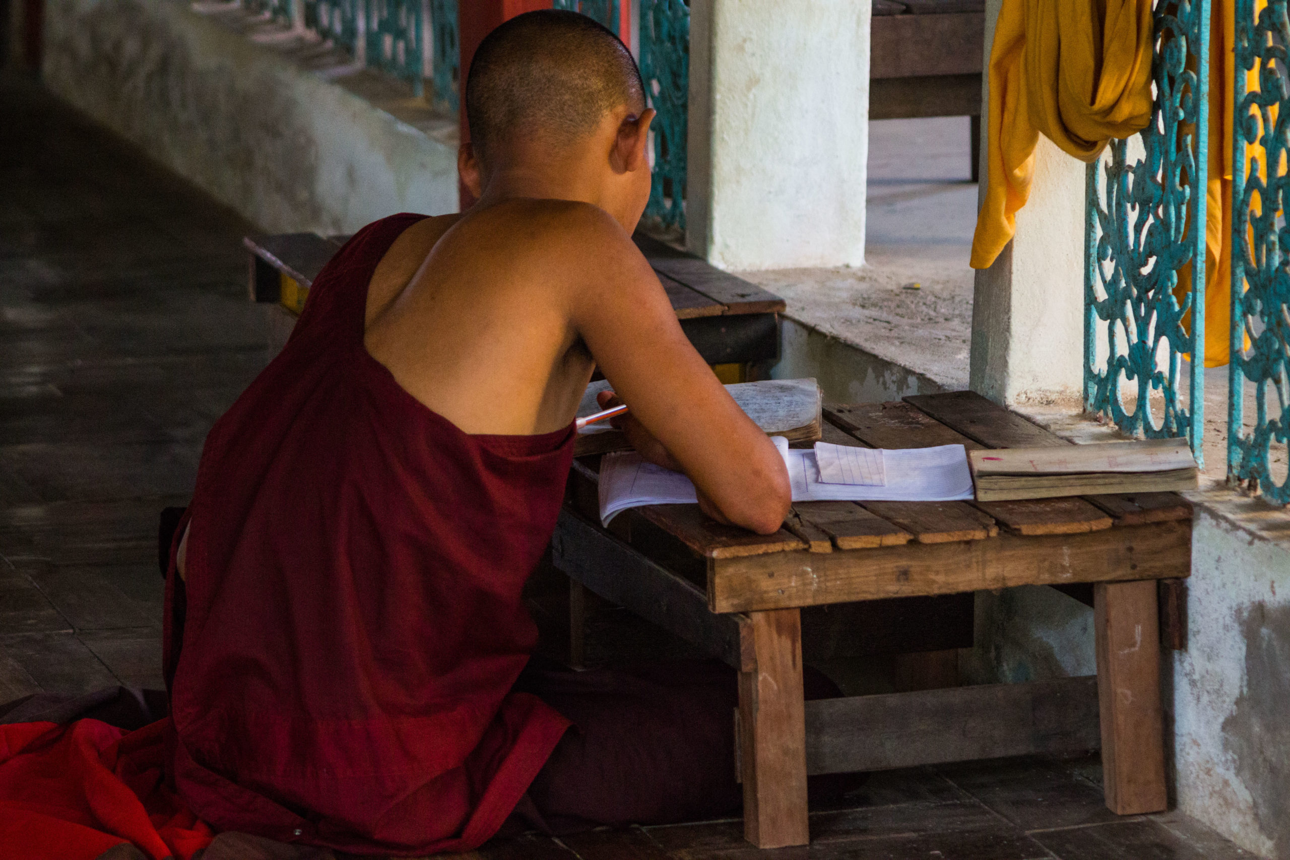 Moine étudiant au monastère Kha Khat Wain Kyaung, Bago, Birmanie