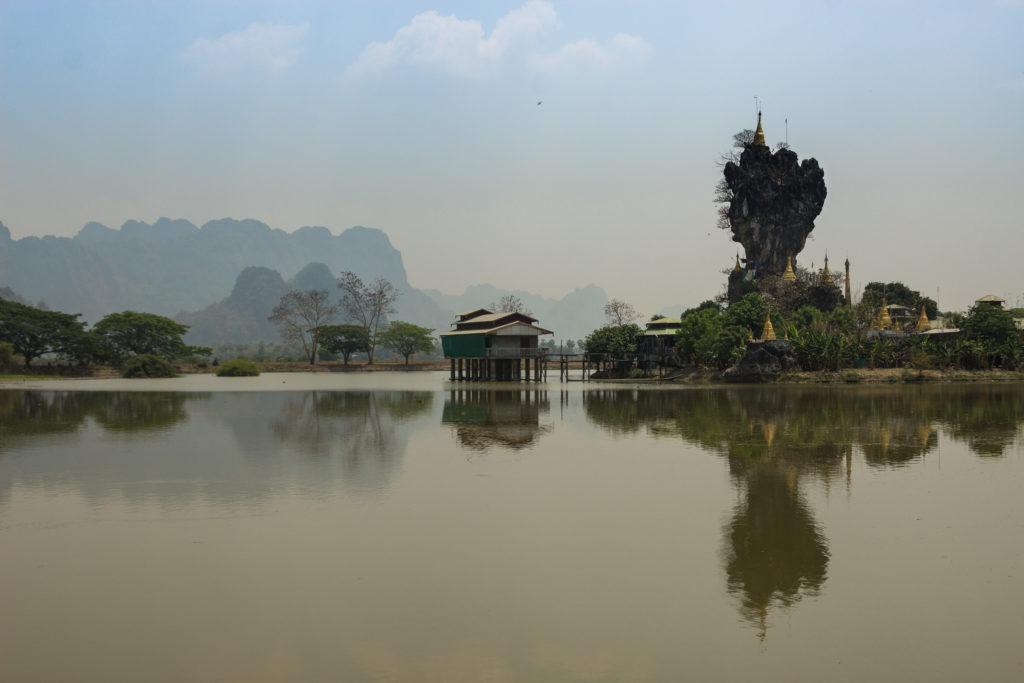 Monastère en haut d'un piton rocheux en équilibre au-dessus d'un lac à Hpa-An, Birmanie