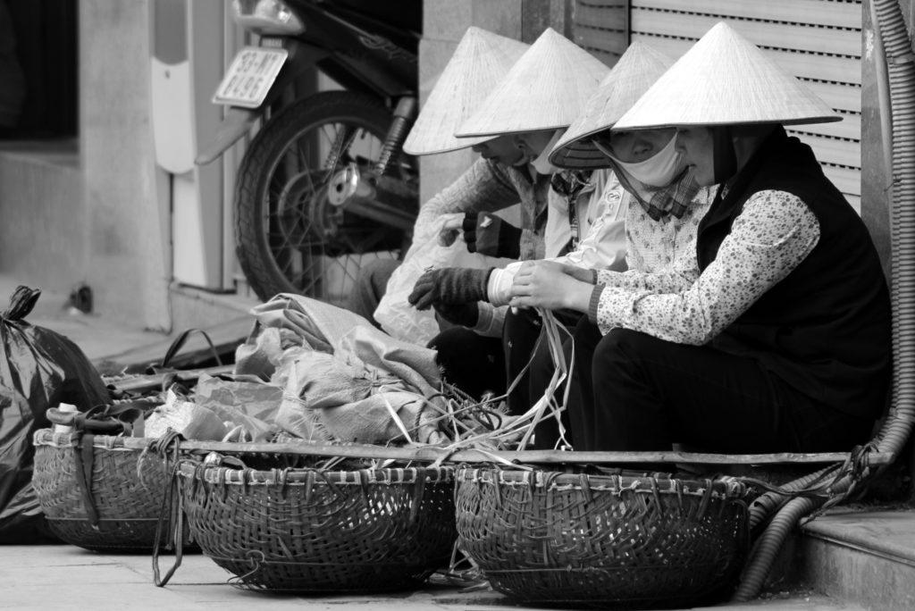 Vendeuses ambulantes dans les rues d'Hanoï, Vietnam