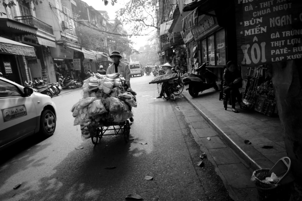 Vendeur ambulant dans les rues d'Hanoï, Vietnam