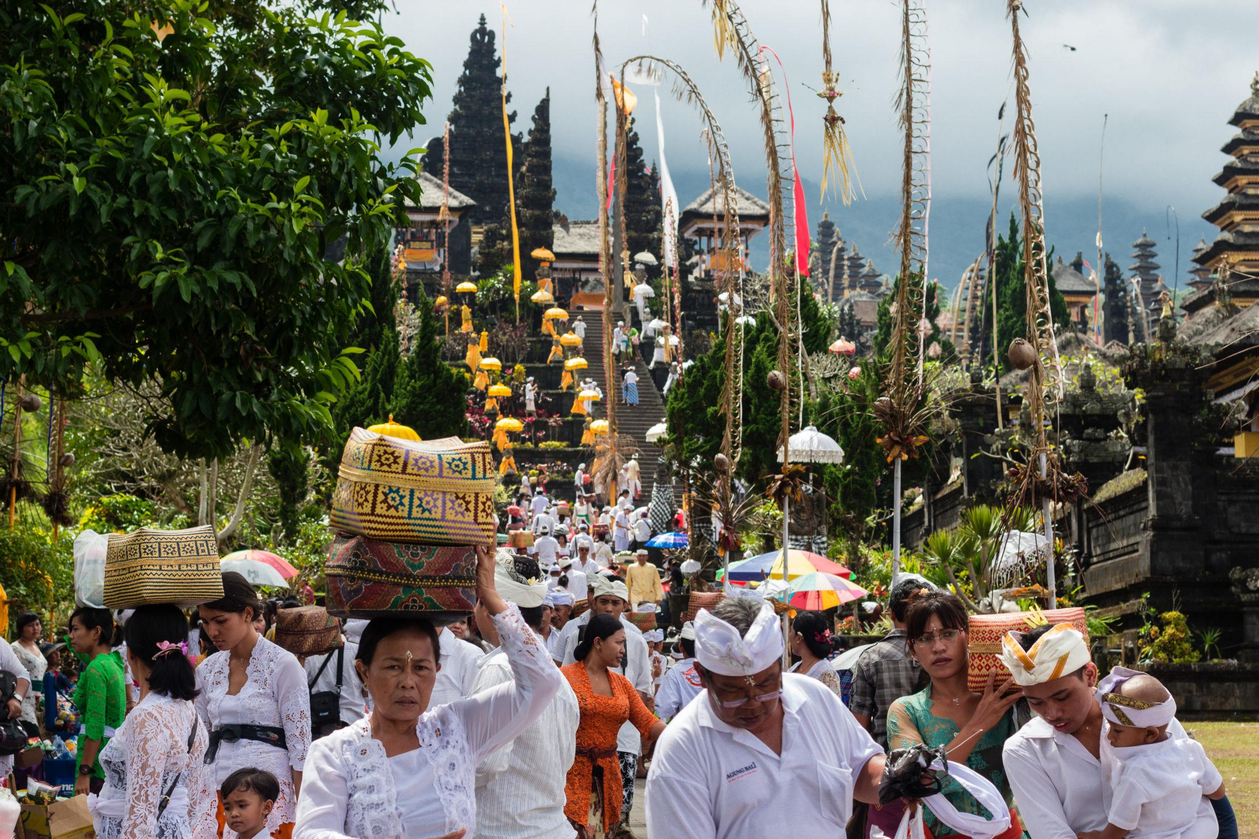 Procession au temple de Besakih à Bali