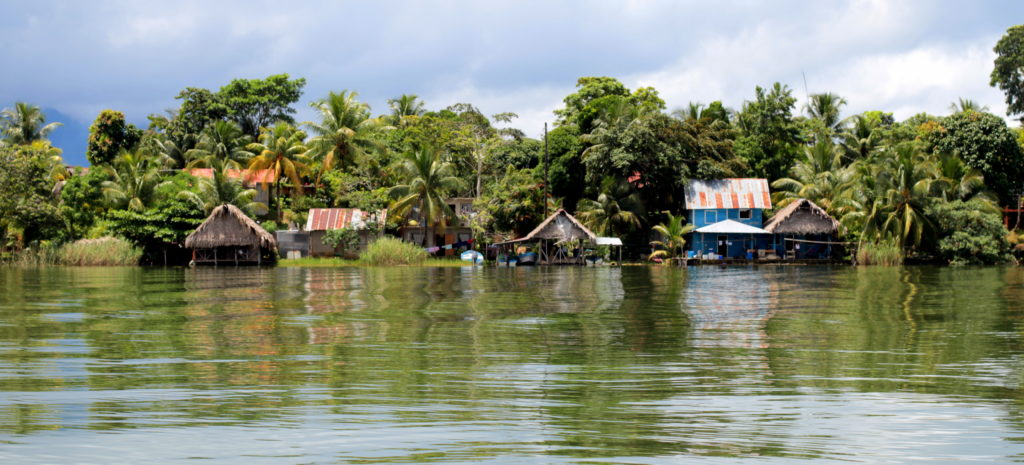 Maisons sur pilotis le long du Rio Dulce, Guatemala