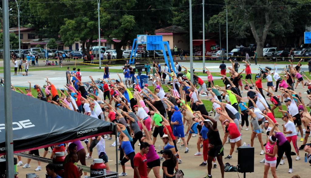 Séance de gym collective dans un parc de San Jose, Costa Rica