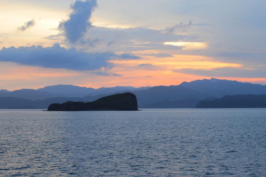 Traversée en ferry du golfe de Nicoya au coucher du soleil, Costa Rica