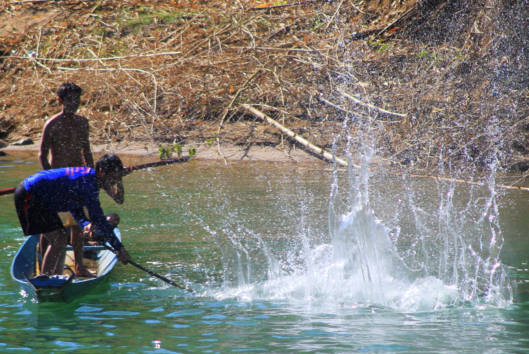 Pêcheurs frappant l'eau de la rivière Nam Xong à Vang Vieng, Laos