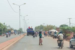 Circulation sur une avenue de Bobo Dioulasso, Burkina Faso