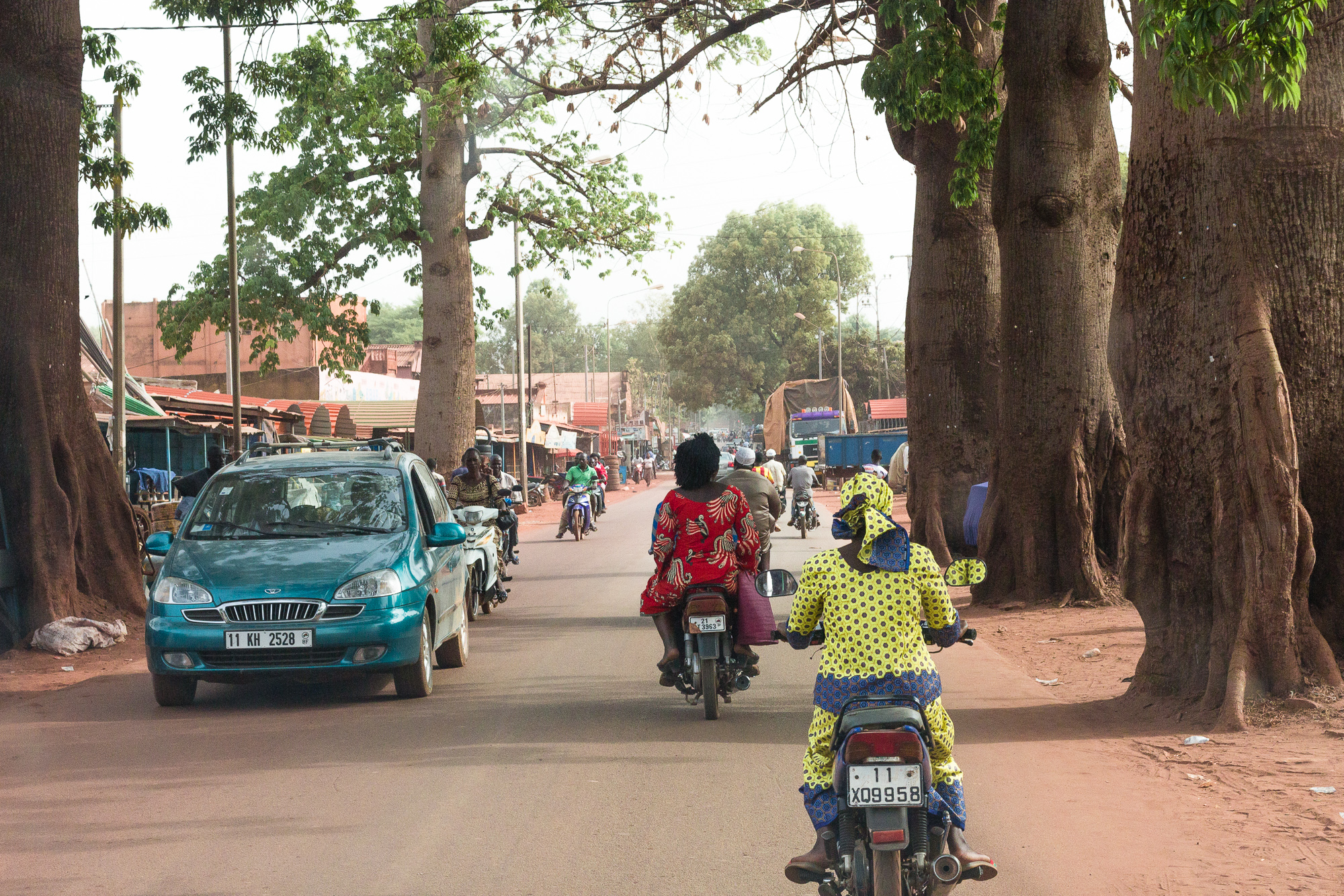 Rue bordée d'arbres de Bobo Dioulasso, Burkina Faso