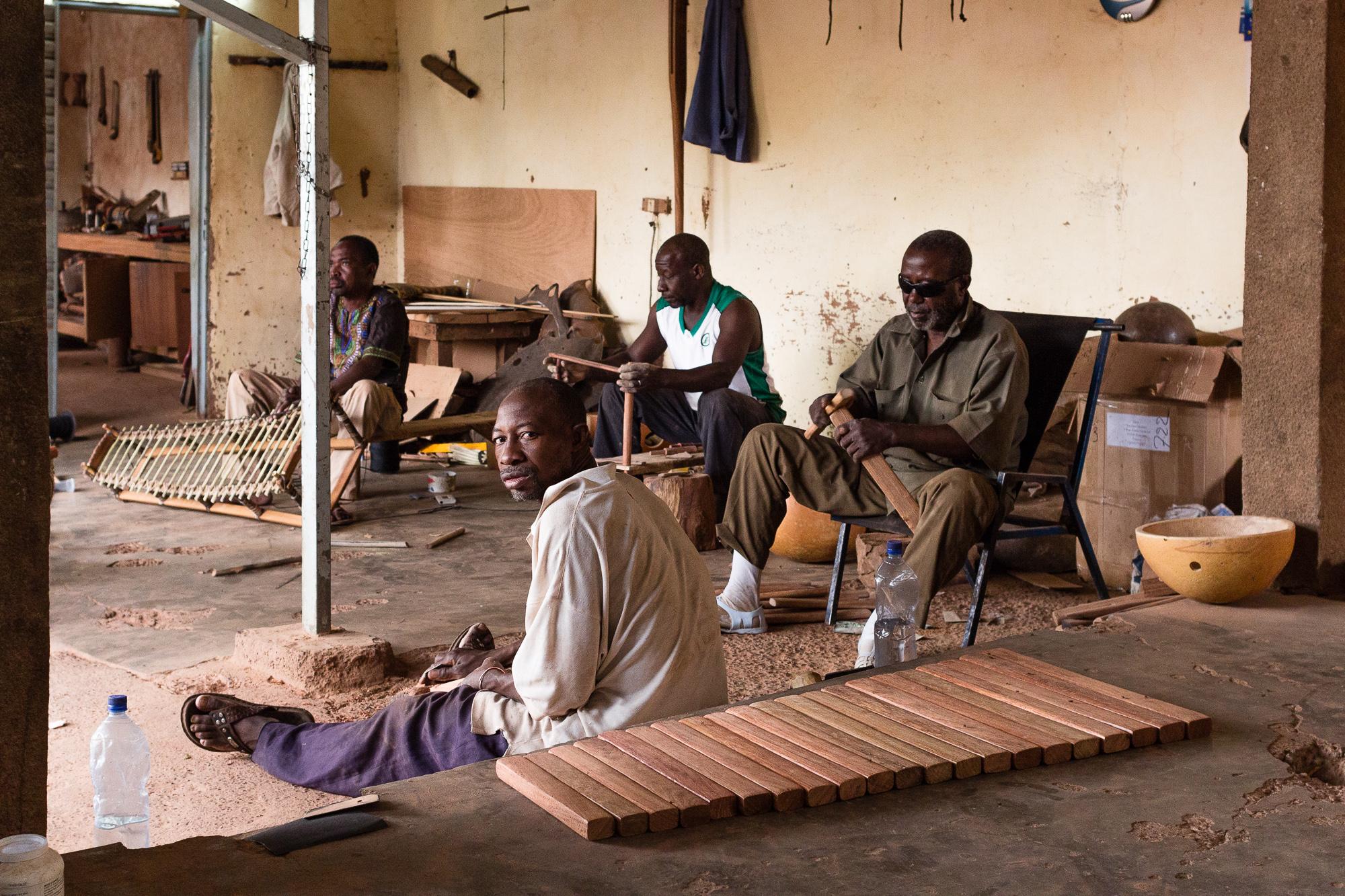 Artisans de l'atelier BaraGnouma fabriquant un balafon, Bobo Dioulasso, Burkina Faso