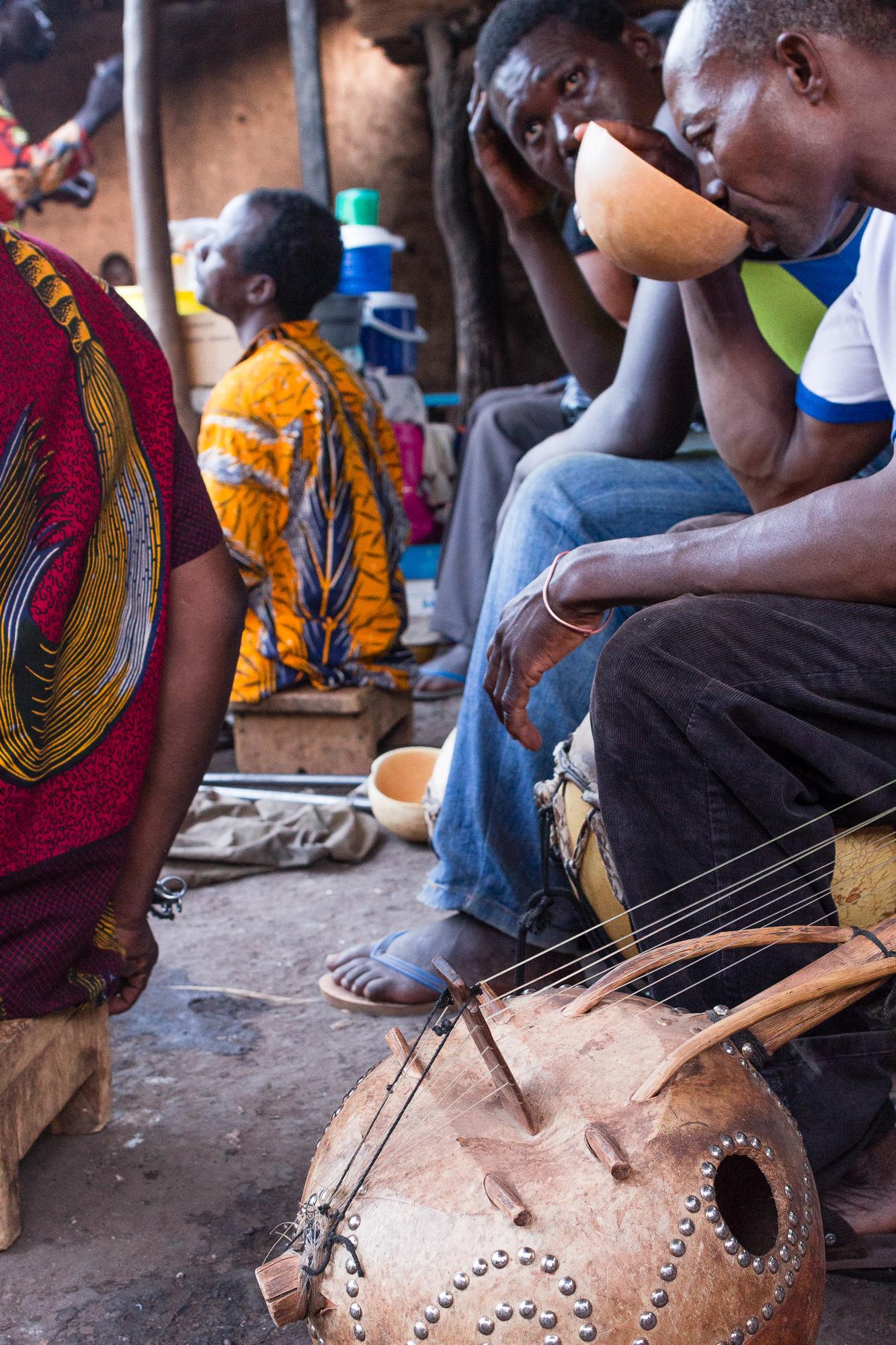 Musicien buvant une calebasse de dolo, cabaret Poto Poto, Bobo Dioulasso, Burkina Faso