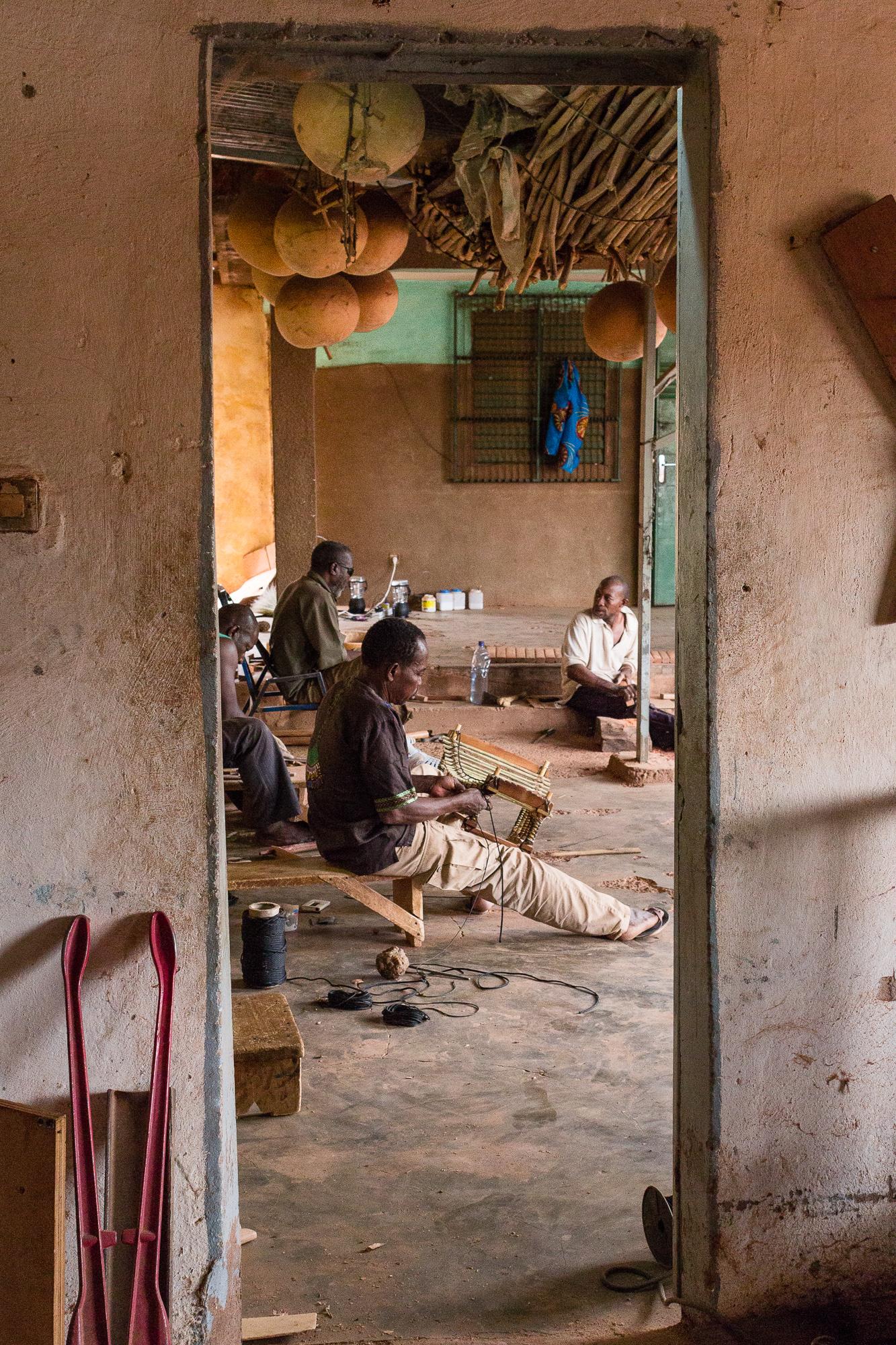 Artisans fabriquant des instruments de musique traditionnelle, atelier BaraGnouma, Bobo Dioulasso, Burkina Faso