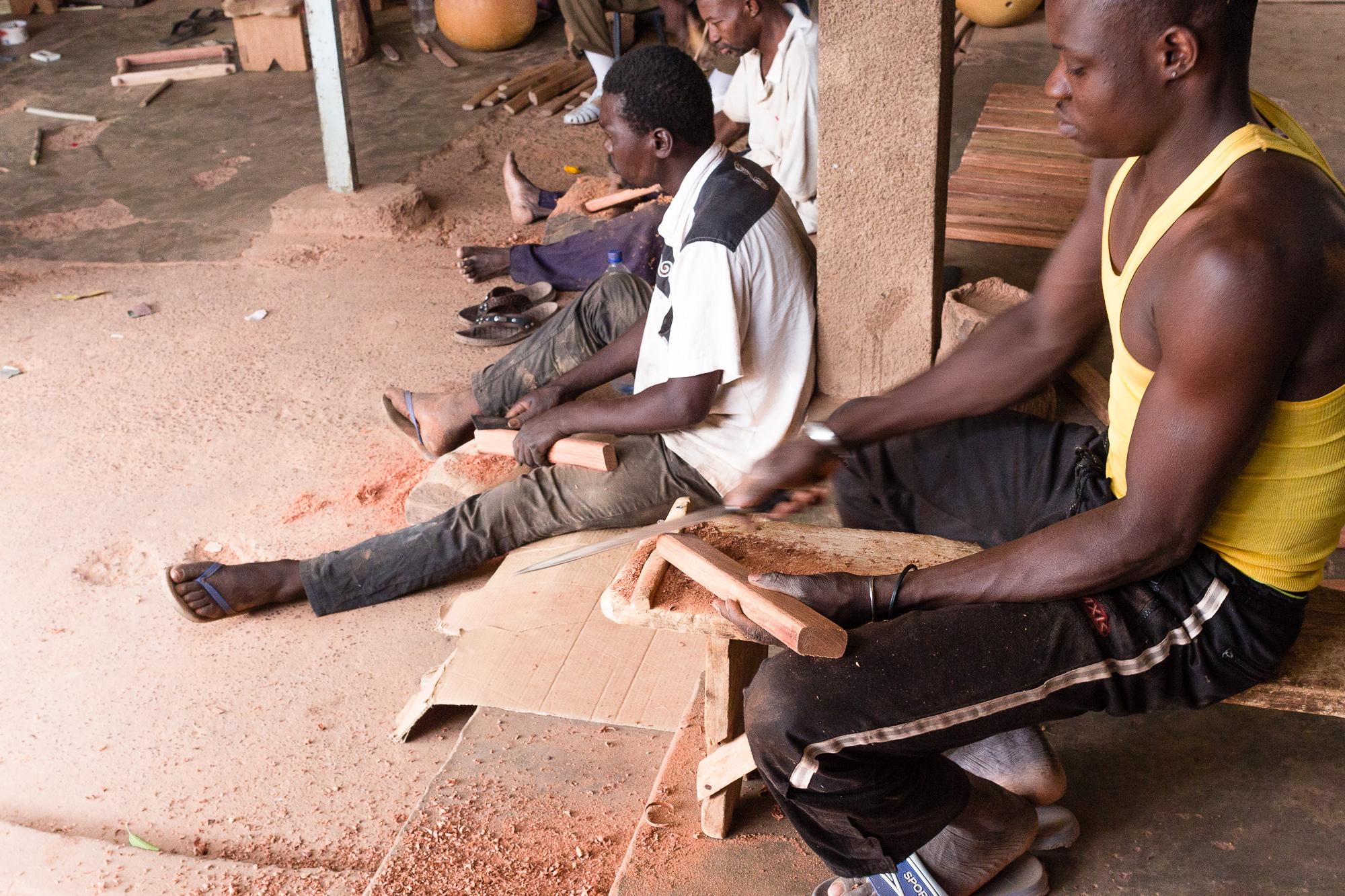 Artisans préparant les lames des balafons, atelier BaraGnouma, Bobo Dioulasso, Burkina Faso