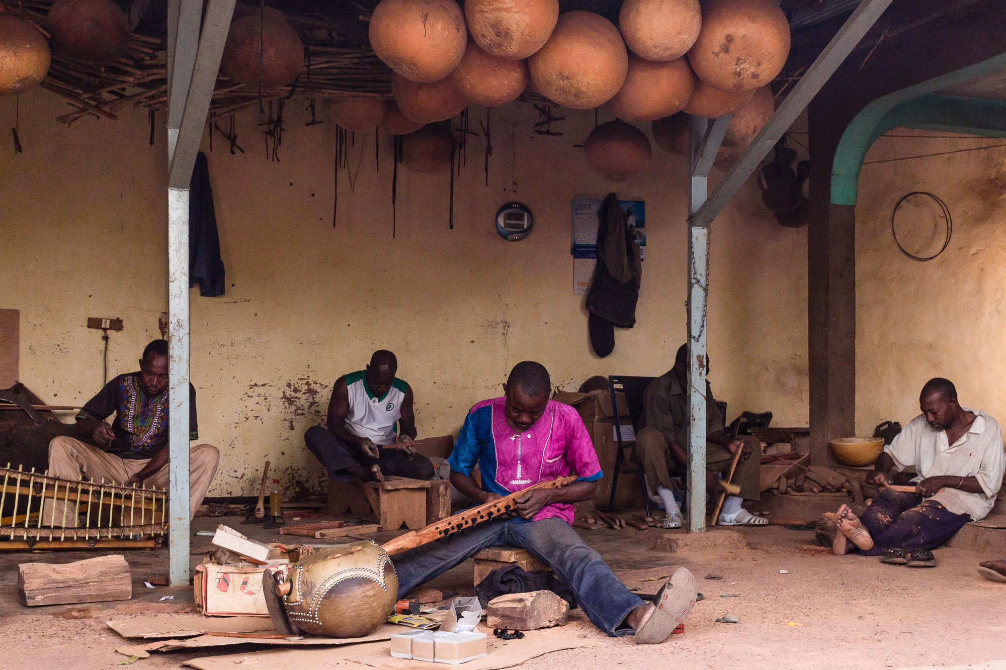 Artisan fabriquant un n'goni, atelier BaraGnouma, Bobo Dioulasso, Burkina Faso