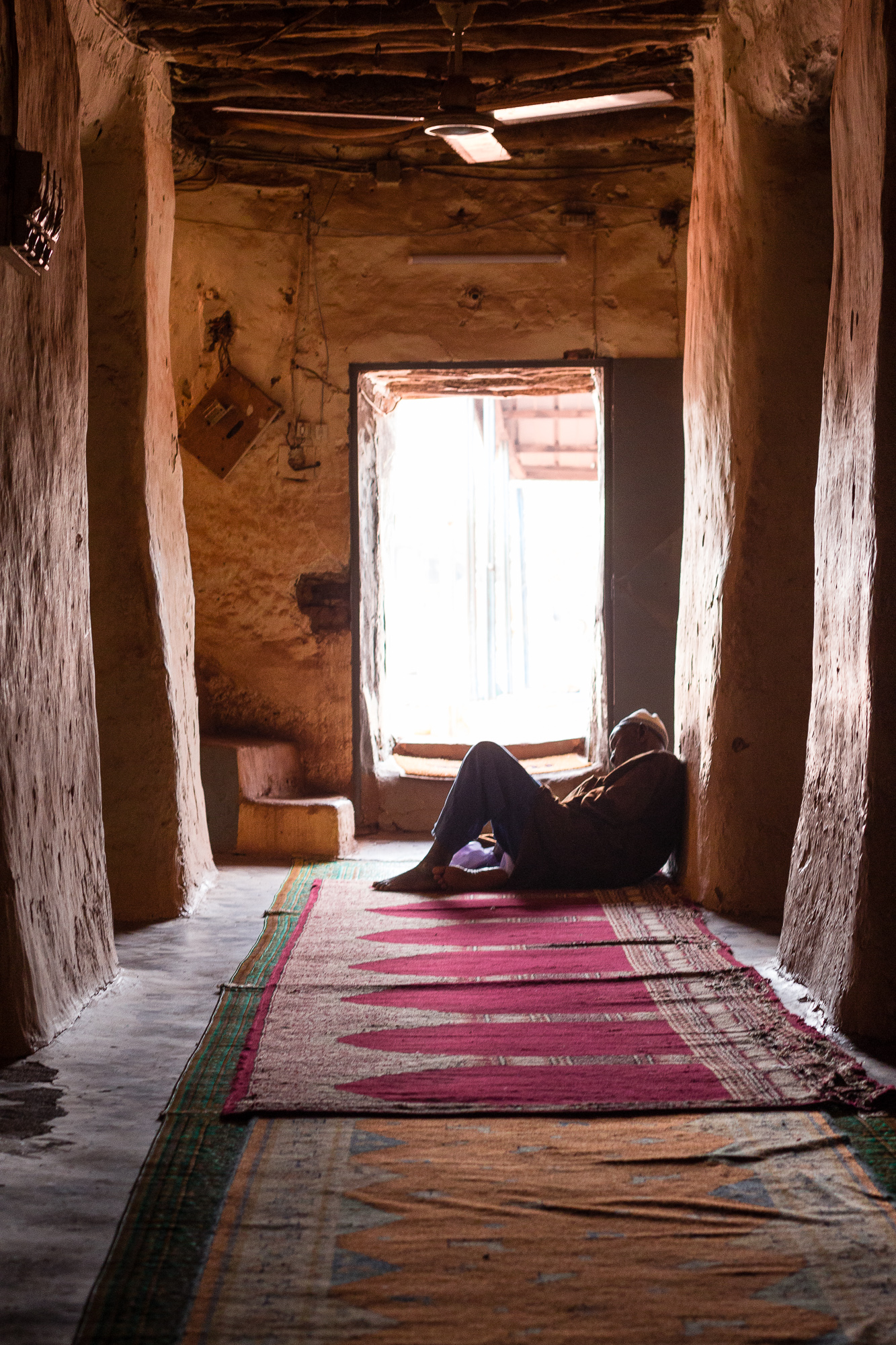 Homme assoupi à l'intérieur de la Grande Mosquée de Bobo Dioulasso, Burkina Faso