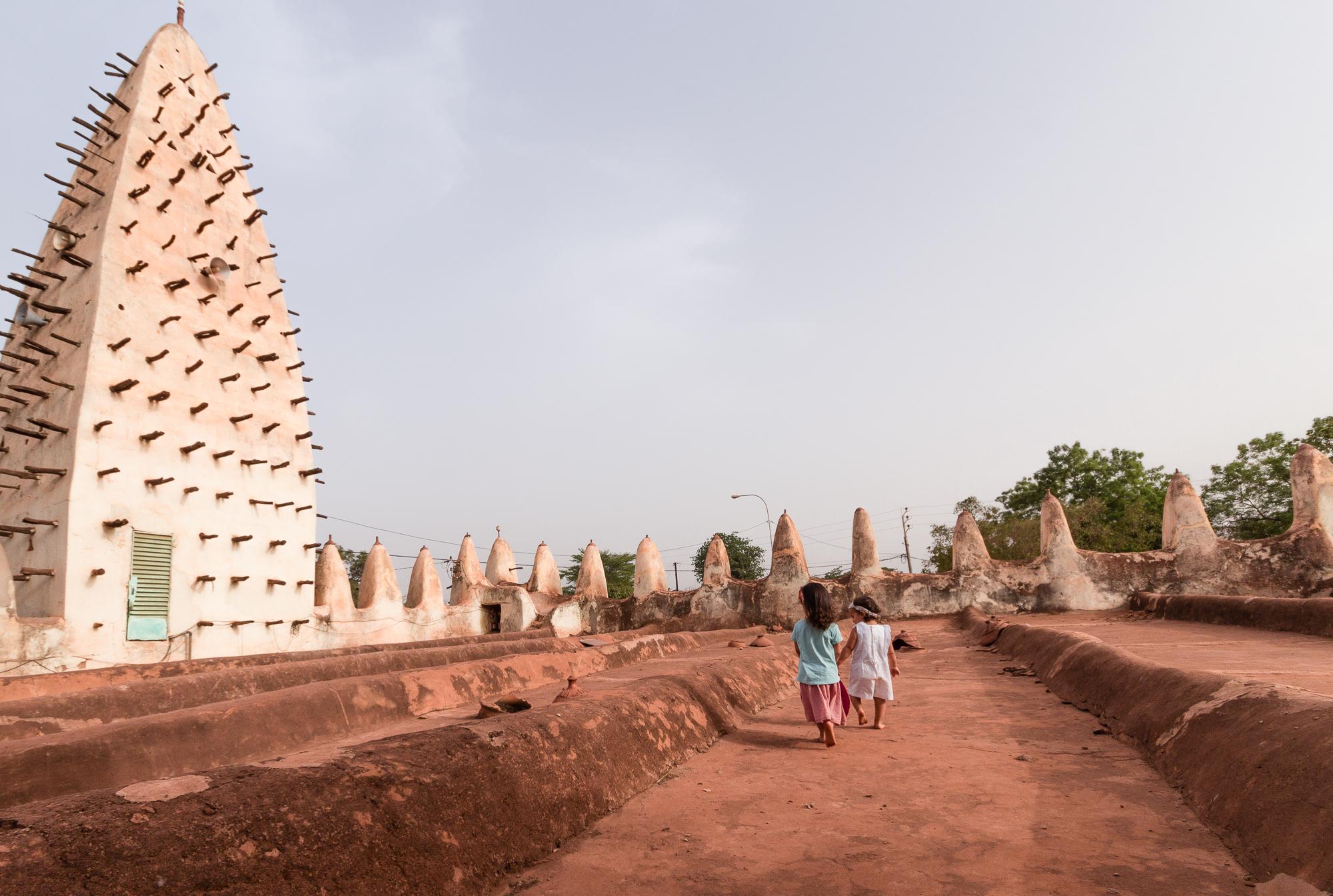 Enfants sur le toit de la Grande Mosquée de Bobo Dioulasso, Burkina Faso