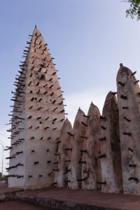 Minarets couverts de pics de la Grande Mosquée de Bobo Dioulasso, Burkina Faso
