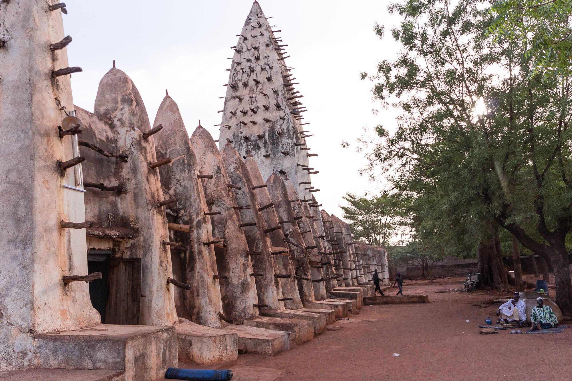 Hommes assis devant la Grande Mosquée de Bobo Dioulasso, Burkina Faso