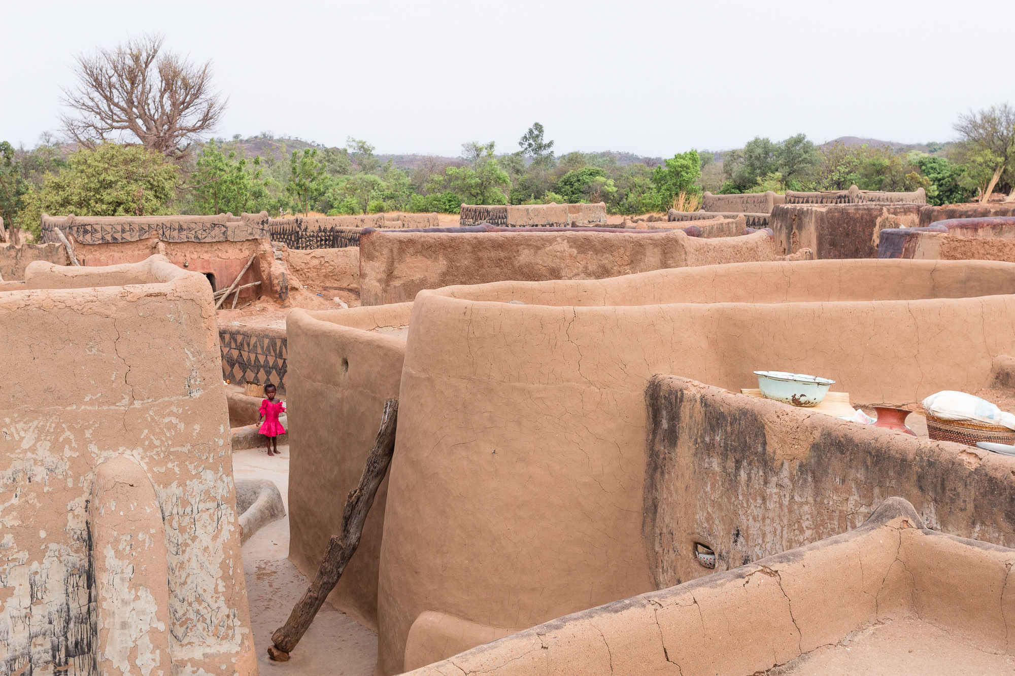 Les cases de terre du village de Tangassogo vues d'un toit, Burkina Faso