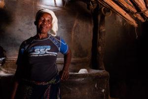 Habitante de tangassogo à l'intérieur de sa case, Burkina faso