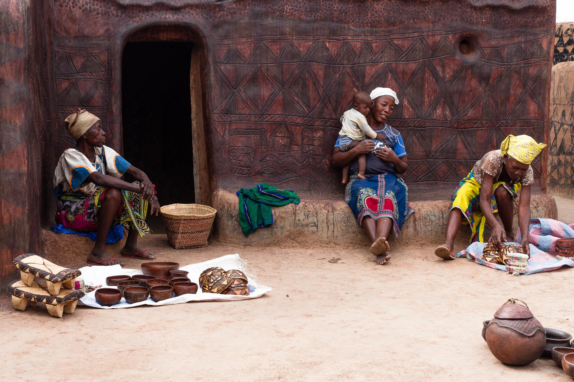 Femmes montrant leur poterie devant leurs cases dans le village de tangassogo, Burkina faso
