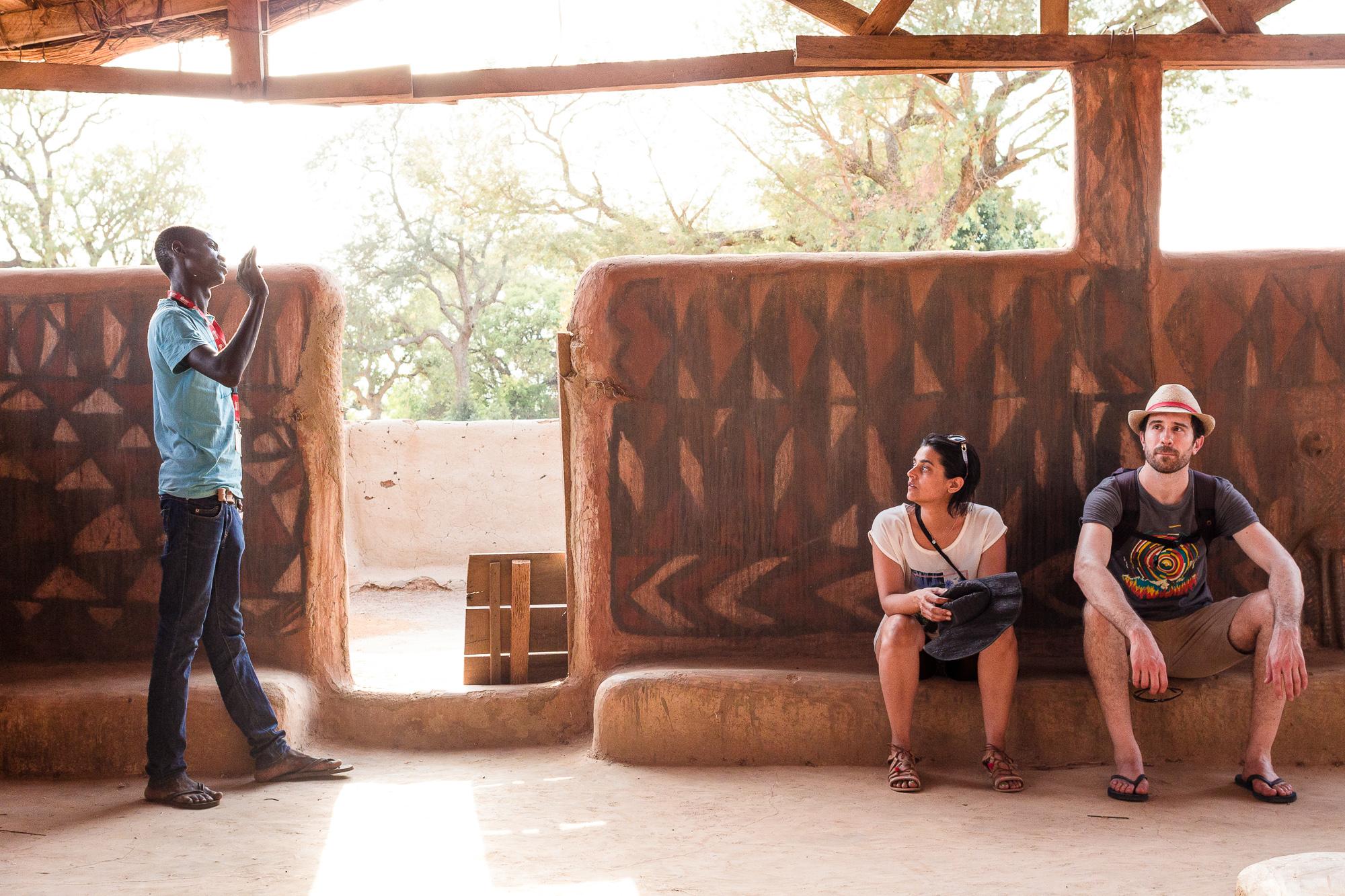 En train d'écouter les explications du guide, région de Tiébélé, Burkina Faso