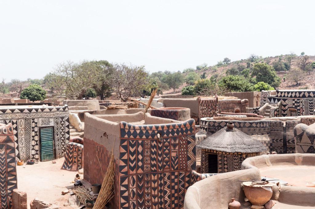 Les cases aux motifs noirs et blancs de la cour royale de Tiébélé, Burkina Faso