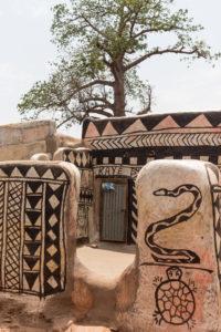 Cases décorées de motifs noirs et blancs dans la cour royale de Tiébélé, Burkina faso
