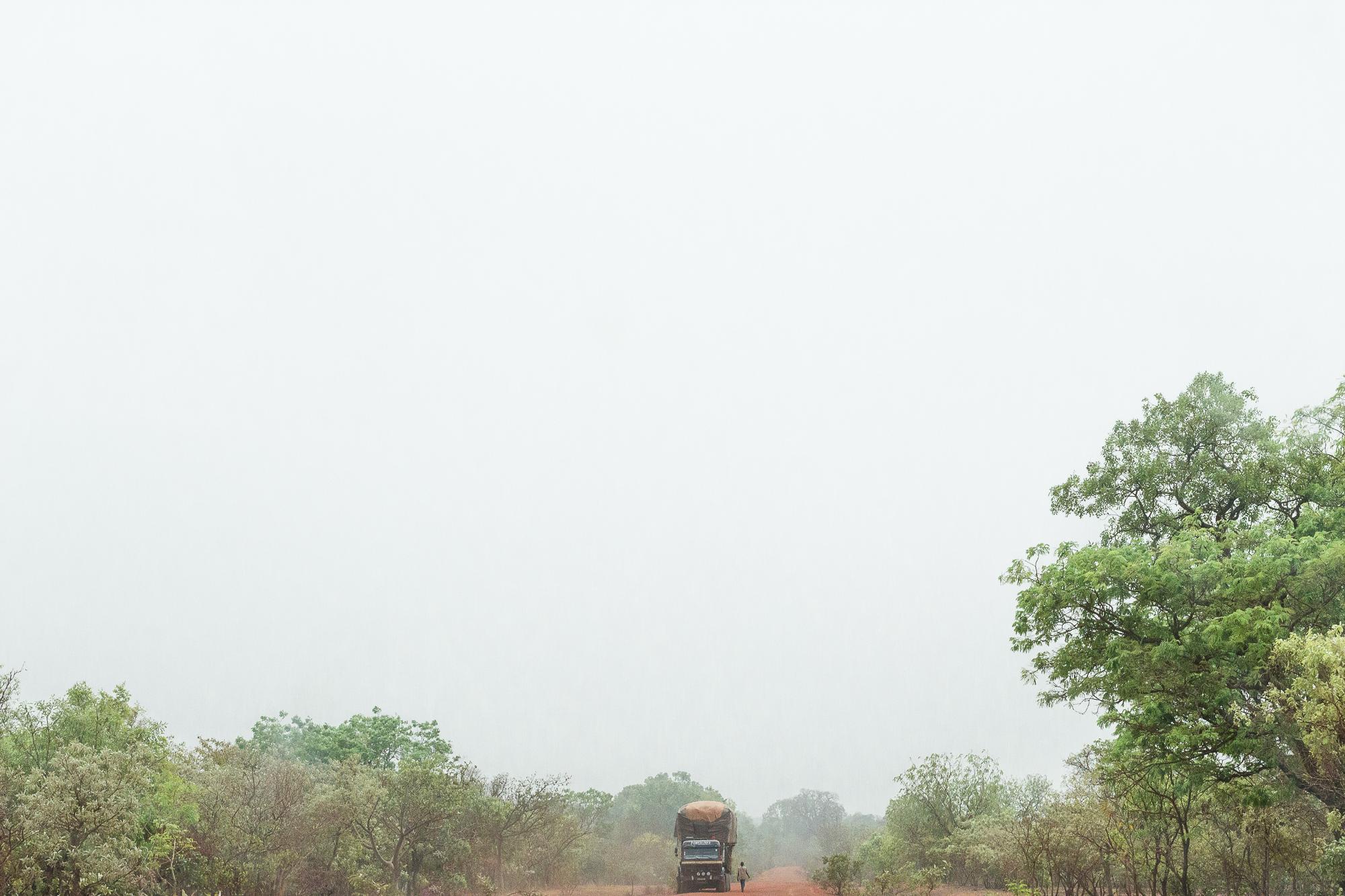 Camion croisant un piéton dans un paysage africain, Burkina Faso