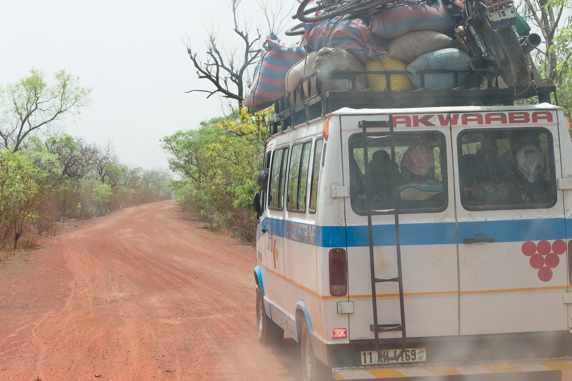 Taxi-brousse sur la piste rouge entre Nazinga et Bobo Dioulasso, Burkina Faso