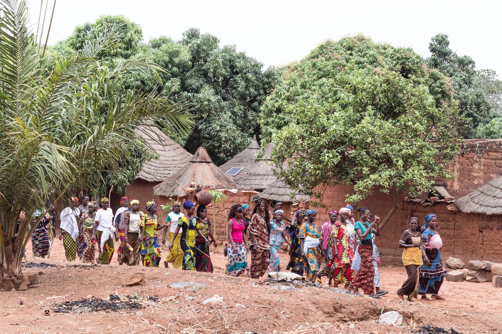 Procession de femmes se rendant à la fête du village vers Banfora, Burkina Faso