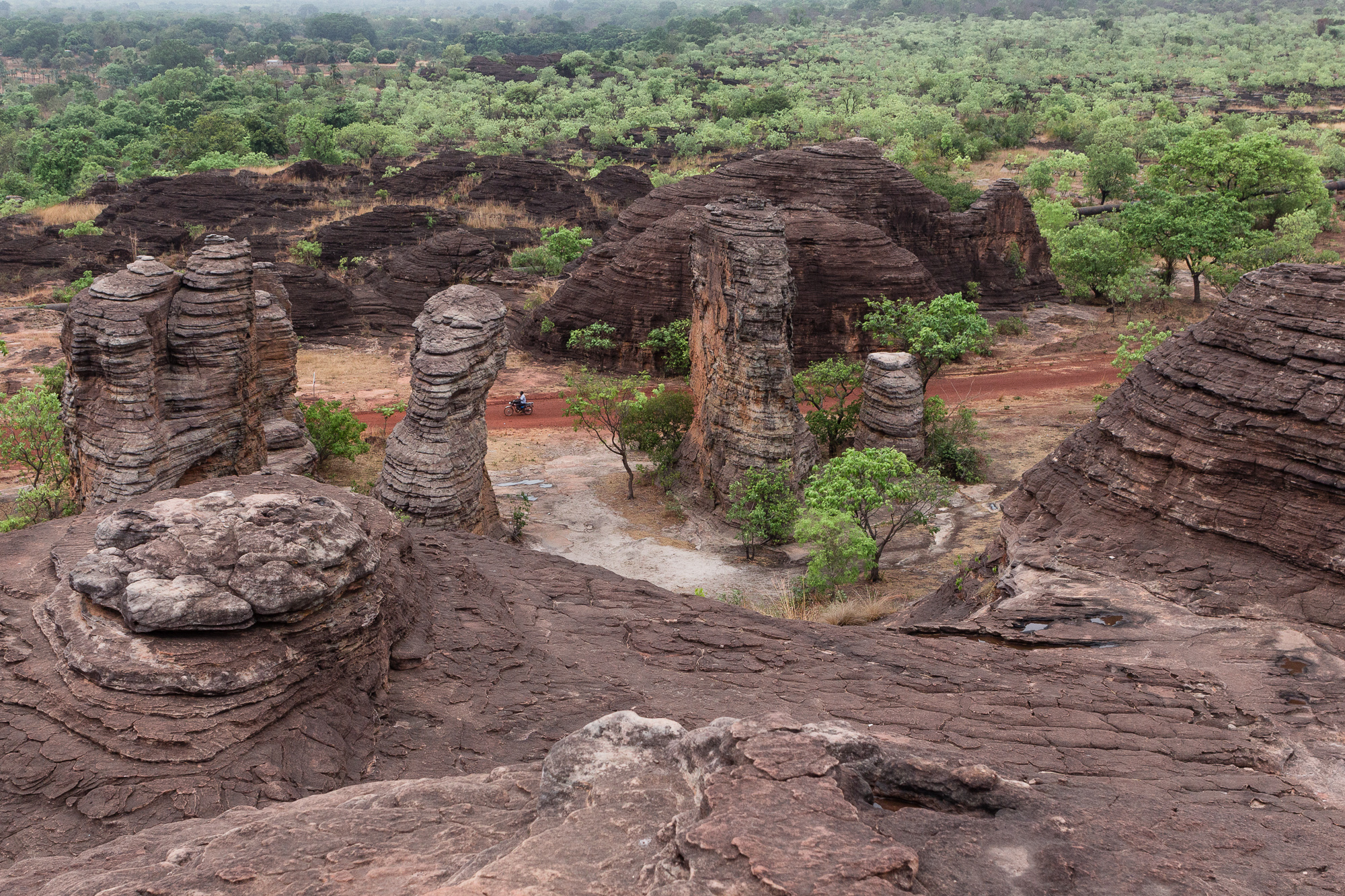 Dômes de Fabédougou et paysage de forêt claire dans la région de Banfora, Burkina Faso