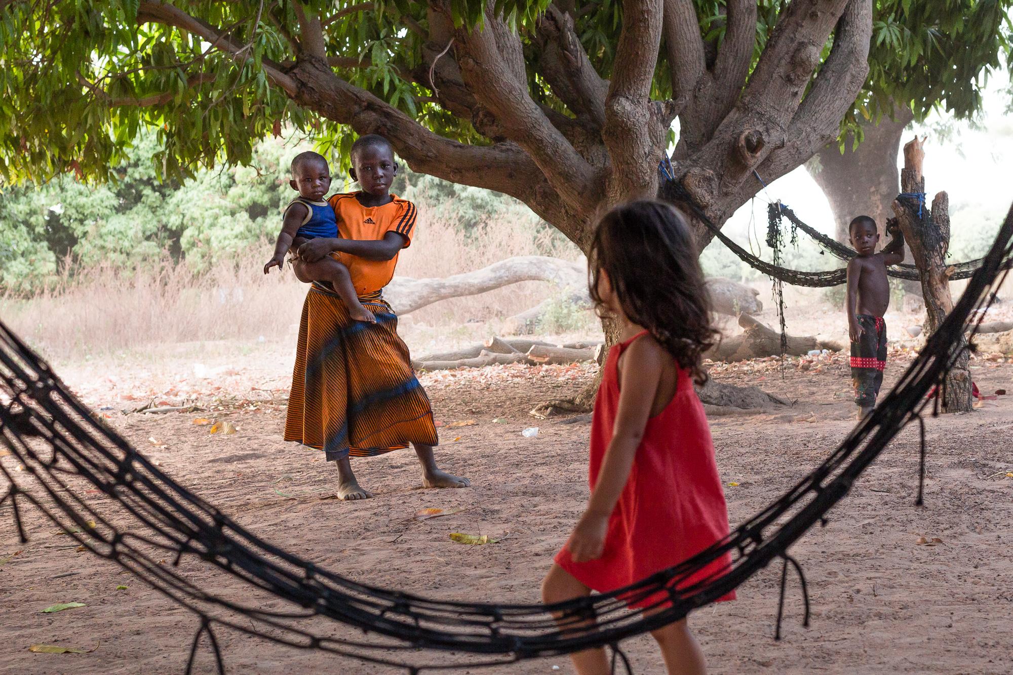 Face à face enfants blanc et Burkinabé sur les bords du lac de Tengrela, région de Banfora, Burkina Faso