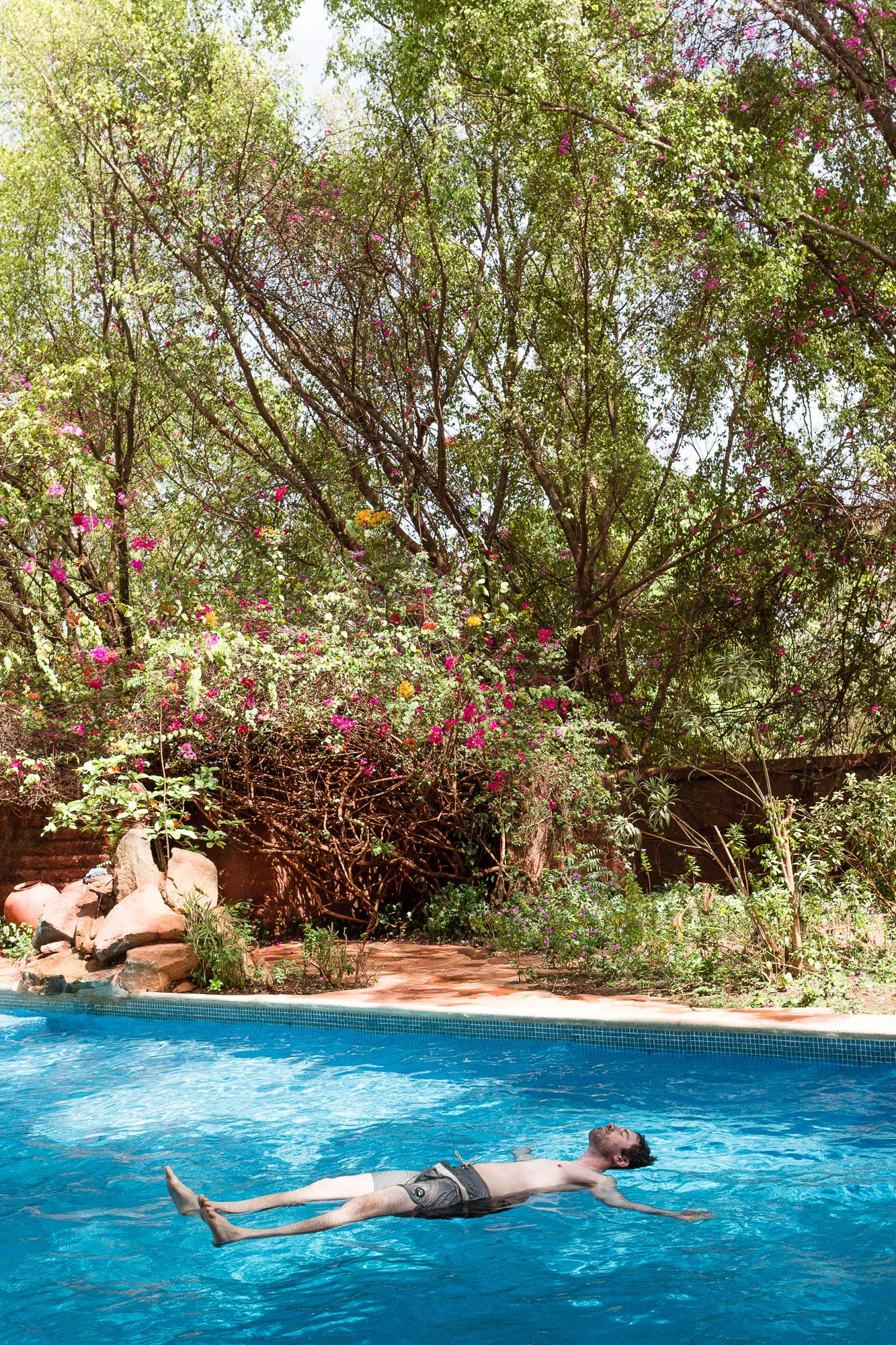 Farniente dans la piscine de l'Hôtel Canne à Sucre, Banfora, Burkina Faso