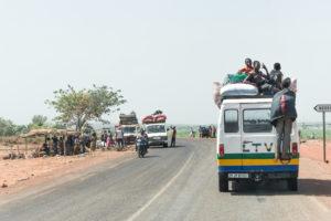Taxi-brousse sur la route de Banfora, Burkina Faso