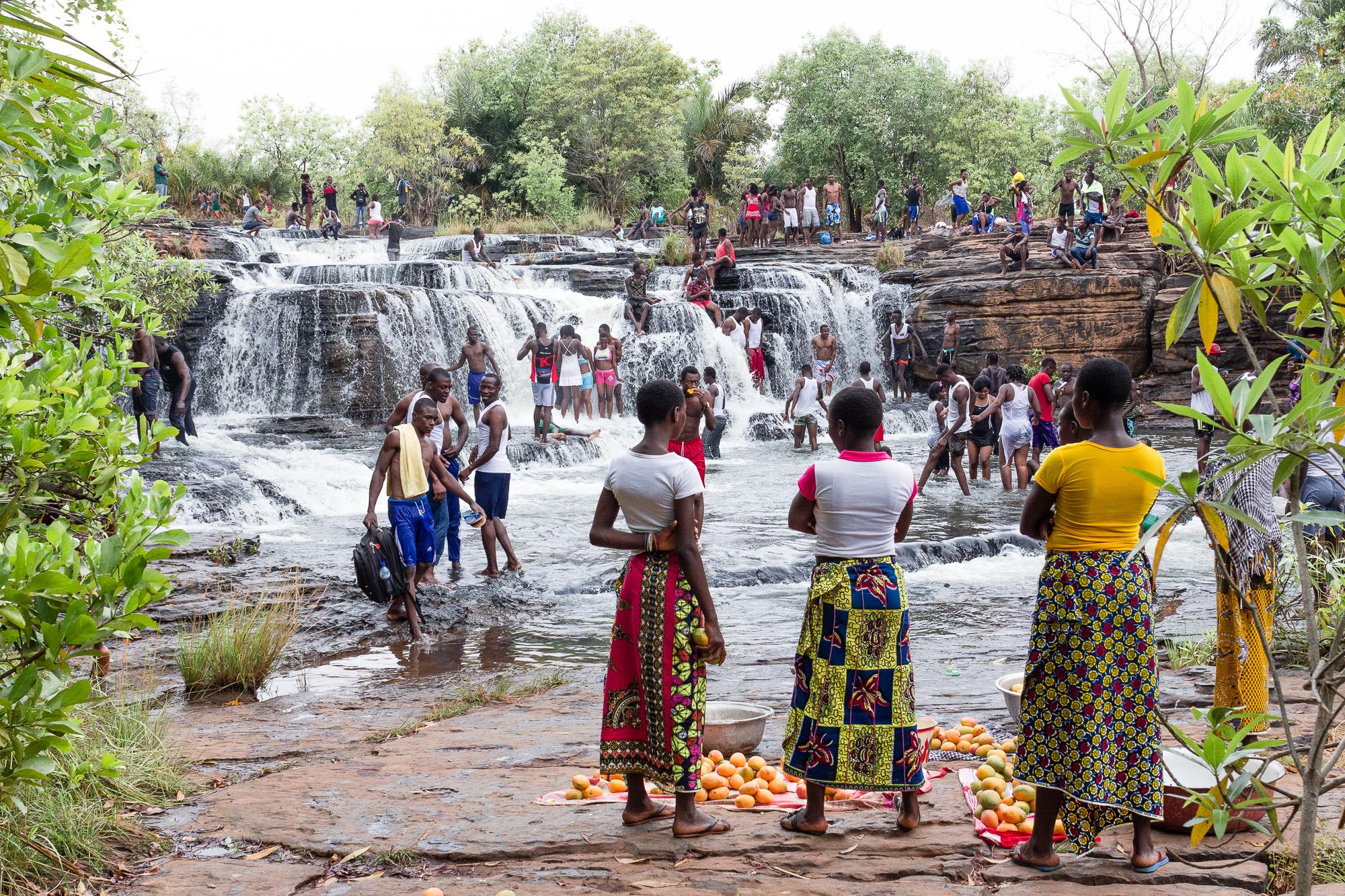 Vendeuses de mangues et Burkinabé profitant des cascades de Banfora, Burkina Faso