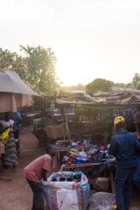 Stand extérieur de chaussures du marché de Gaoua, Burkina Faso