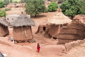 Sur le toit d'une case dans le village Lobi de Sansana, Burkina Faso