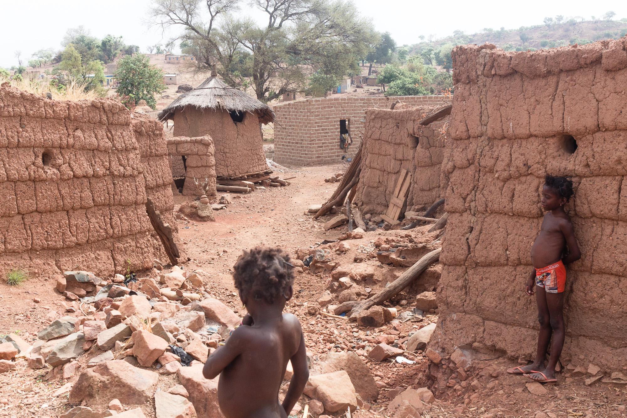 Fillettes dans les rues du village Lobi de Sansana, Burkina Faso